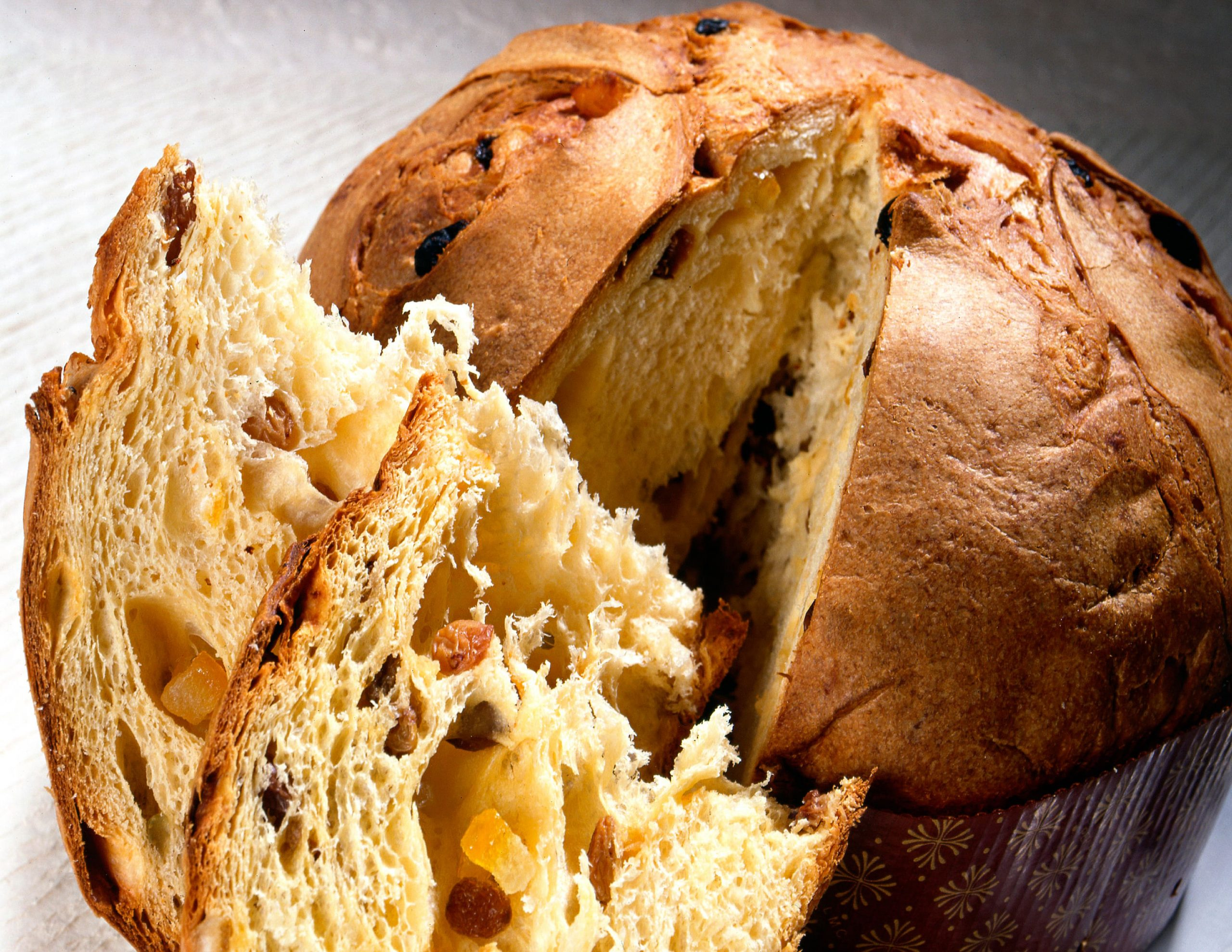 sliced-traditional-panettone-with-fruit-5Q47YHE-min